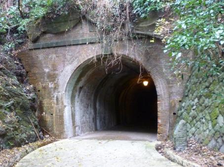 トンネル 林道 心霊 心霊スポット 背景 背景素材 バックグラウンド 山道 遺物 肝試し