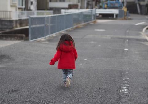 道路 こども 子ども 子供 走る 交通安全 日本人 幼児 園児 飛び出し 少女 冬 コート ジャンバー girl child kids red 赤 japanese 背中 危険 危ない 一人遊び 一人歩き 迷子 不審者 女の子 後ろ姿
