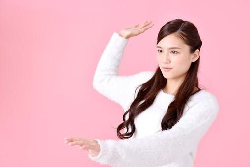 人物 女性 日本人 若者 若い  20代 美人 かわいい ロングヘア カジュアル  ラフ 私服 セーター ニット 屋内  スタジオ撮影 背景 ピンク ピンクバック ポーズ  おすすめ 上半身 ユニーク 打つ 投げる 叩く ぶつ 仕草 mdjf007