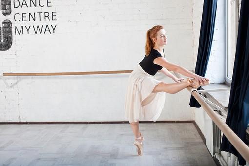ダンス ダンサー ポーズ 体勢 姿勢 体位 女性 女 外国人 若い 運動 スポーツ 全身 バレエ バレリーナ 練習 稽古 トレーニング 立つ つま先立ち 片足立ち 横顔 バー 手すり 脚 足 かける 乗せる 置く 背筋 つま先 触る 前かがみ 前屈 背景 バレエスタジオ スタジオ ダンススタジオ バーレッスン mdff128