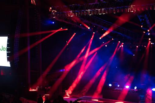 クラブ ライブ LIVE コンサート DJ 演奏会 音楽会 リサイタル ナイトクラブ キャバレー フロアショー ギャラリー 会場 バンド 音楽 楽曲 ミュージック 歌 曲 唄 歌唱 ステージ 音響 スクリーン サウンド 公演 ライト 照明 ライトアップ 野外 外 機器 機材 照明器具 照明効果 赤 青