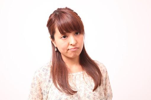 人 人間 人物 人物写真 ポートレート ポートレイト 女性 女 女の人 若い女性 女子 レディー 日本人 茶髪 ブラウンヘア セミロングヘア  白色 白背景 白バック ホワイトバック 装身具 ピアス アクセサリー 不満 つまらない 無関心 がっかり mdfj012