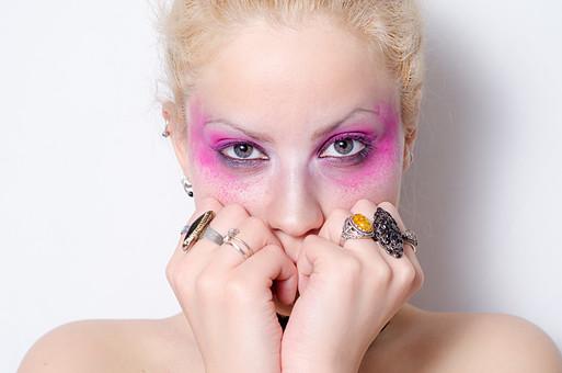 女性 外人 人物 金髪 ブロンド メイク アイメイク ピンク ショッキングピンク 蛍光ピンク 紫 むらさき 指輪 上半身 白バック 目 アイシャドウ アイライナー 白人 手 ゆび カラーコンタクト ヘアカラー ピアス 化粧 外国人 白人 外国人女性 ファッション セルビア人 mdff014