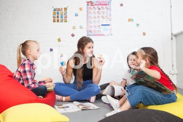 子どもと遊ぶベビーシッター23の写真