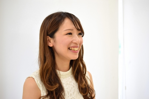 歯を見せて笑う女性 斜めの写真