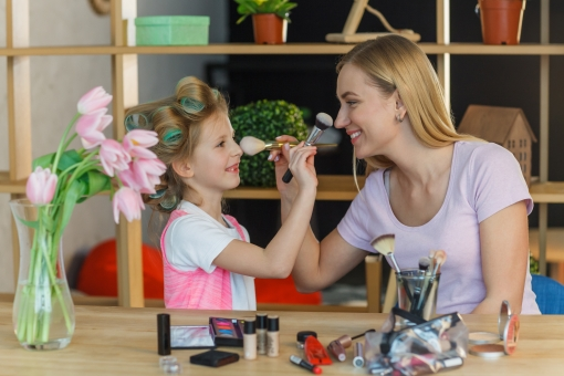笑顔 女性 部屋 楽しい 花 親子 子供 遊ぶ 女の子 メイク 母の日 道具 向かい合う 外国人 白人 ブロンド 欧米人 mdff166 motherac mdfk074