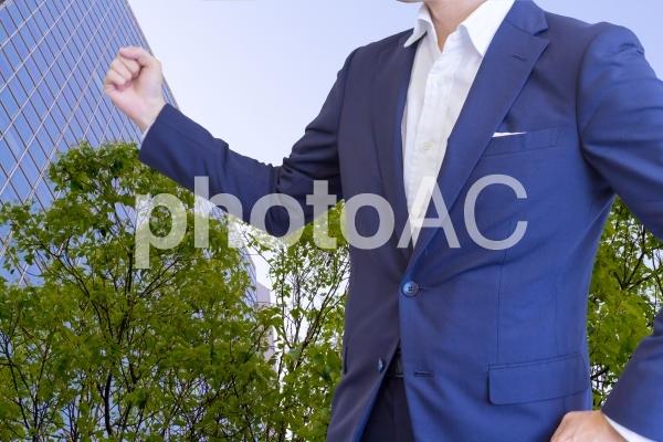 ガッツポーズのビジネスマンの写真