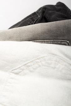 ジーンズ ジーパン Gパン デニム 柄 無地 生地 裾 布 布地 折り畳み 畳む ファッション パンツ 縫い目 積む 重なる 服装 服 足 脚 ポケット ホワイト 白 白バック 3足 ズボン 青 ブルー 灰 灰色 グレー 裁縫