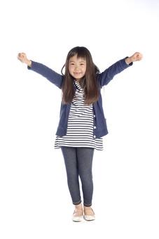 人物 子供 こども 女の子 女児 児童 少女 小学生 成長 洋服 デニム ジーンズ ジーパン パンツ ボーダー チュニック ワンピース カーデガン スキニー 軽装 運動 元気 ファッション スタジオ撮影 白背景 白バック 日本人  mdfk021