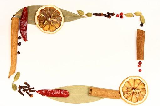 スパイス ハーブ レッドチリ 赤唐辛子 唐辛子 とうがらし トウガラシ 月桂樹 月桂樹の葉 ローリエ 葉 オレンジ シナモン シナモンスティック グローブ カルダモン グリーンカルダモン ピンクペッパー ブラックペッパー ペッパー 胡椒 コショウ 調味料 香辛料 香料 食べ物 食材 乾燥 フレーム 余白 コピースペース テキストスペース 背景 背景素材 バックグラウンド 囲み枠 枠 赤 茶 緑 ピンク 黒 カラフル ポップ