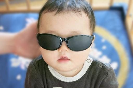 あかちゃん 赤ちゃん 赤ん坊 赤子 ベビー ベイビー baby 乳児 乳幼児 幼児 こども 子供 子ども サングラス めがね メガネ 眼鏡 視力 紫外線 紫外線対策 直射日光 夏 暑い 眩しい まぶしい 眼病予防 視界 9ヵ月 9ヶ月 9カ月 9か月 0歳 0才 かわいい 小さい 興味 目 目元 アイ ドライアイ eye 目が悪い 眼病 対策 健康 おしゃれ オシャレ かっこいい カッコイイ 男の子 男児 小物