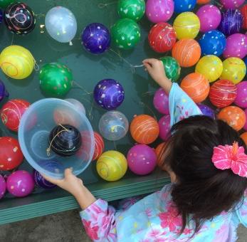 ヨーヨー ヨーヨー釣り ヨーヨーつり 夏祭り 祭り ポニーテール 浴衣 ゆかた なつまつり 夏 盆踊り 夜祭り 縁日 屋台 まつり おまつり お祭り カラフル 和 和風 行事 子供会 子供 こども 風船 ふうせん 夏休み 涼しい 伝統行事 伝統