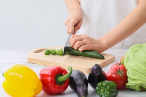 野菜を切る女性の写真