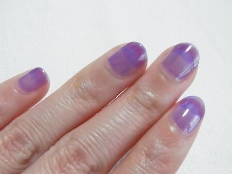 ネイル 爪 マニキュア 手 指 女性の手元 紫 パープル 肌色 白バック リキュールネイル セルフネイル 女子力 ブログ用 初心者 ビギナー