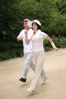 シニア 老人 おじいちゃん おばあちゃん 夫婦 おばあさん おじいさん ジャージ スポーツ 公園 屋外 タオル 仲良し ジョギング ランニング 走る マラソン 健康 ライフスタイル 人物 日本人 60代 暮らし 生活 日課 運動 シニアライフ mdfs002 mdjm013