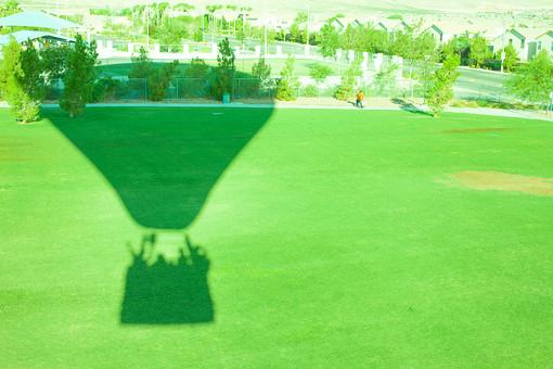 自然 広い シルエット 影 気球 飛ぶ 浮く 高い 木 樹木 植物 葉 葉っぱ 緑 芝生 草原 家 建物 建築 建築物 道路 土 地面 室外 屋外 景色 風景 景観 アメリカ 外国