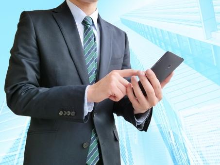 人物 日本人 男性 若い 若者 20代 20代 スーツ 就職活動 就活 就活生 社会人 ビジネス 新社会人 新入社員 フレッシュマン 面接 真面目 屋内 バック 背景 上半身 ビジネスマン ポイント 案内 説明 スマホ 携帯 情報 連絡