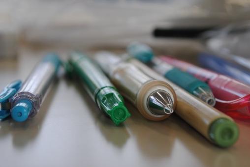油性ペン 油性 シャーペン ペン マーカー ノック式 ノック 緑 水色 青 みどり みずいろ あお ピンク ぴんく 机
