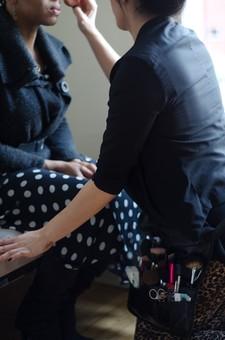 人物 女性 女 外国人 外人 メイクアップ メーキャップ 化粧 ファンデーション 塗る タッチアップ メイクアップアーティスト モデル ヘアメイク メイク道具 メイク小物 化粧道具 化粧品 コスメティック ファッション 業界 職業 仕事 撮影 現場 屋内 室内 部屋