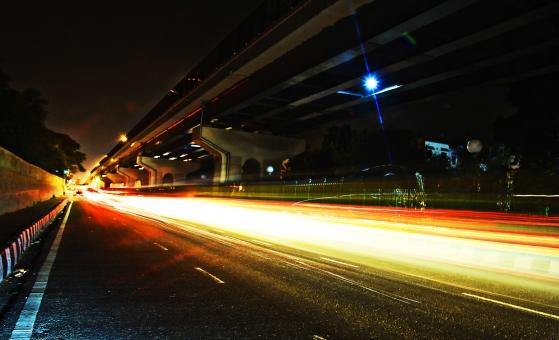 インド 外国 熱帯 南国 南アジア 高速道路 道路 コンクリート 白線 交通 自動車 二輪車 バイク カー 高速バス 直進 まっすぐ 運転する 運転 運ぶ 走る 動く 乗る 電気 灯り 眩しい 明るい 照らす 光線 光 木 樹木 植物 自然 景観 夜 夜景