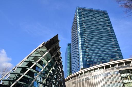 グランフロント大阪 うめきたSHIP 高層ビル ビル街 ビル群 商業ビル オフィスビル 立ち並ぶ 見上げる 都市 再開発 観光 名所 街並み 町並み 景色 風景 晴れやか 見上げる そびえ立つ 青空 雲 関西 大阪 うめきた 梅田 キタ
