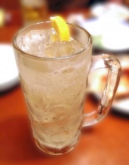 ハイボール 居酒屋 ウヰスキー ウイスキー ボール ジョッキ お酒 酒 アルコール ドリンク 飲酒 飲料 飲み物 グルメ テーブル 食卓 れもん 檸檬 レモン 冷たい飲み物