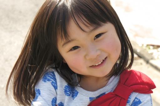 人物 女の子 子ども キッズ 幼児 児童 笑顔 スマイル 笑み 微笑 幼い 小さい 可愛い キュート 純粋 素直 ピュア ハート リボン さらさらヘア 風 散歩 屋外 日差し ポートレート スナップ写真 日本人 子供 mdfk032