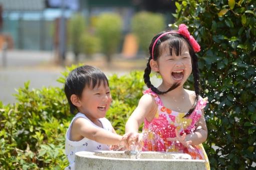 水 公園 水道 楽しい 笑顔 笑う 男の子 女の子 子供 こども 子ども 喜ぶ 夏  mdfk023