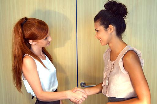 会社 オフィス ビジネス 仕事 職場 屋内 室内 働く  人物 女性  上司 部下 先輩 後輩 白人 インターナショナル 外国人 外人 外人女性 白人女性 グローバル 同僚 成功 完成 握手 mdff125 mdff126