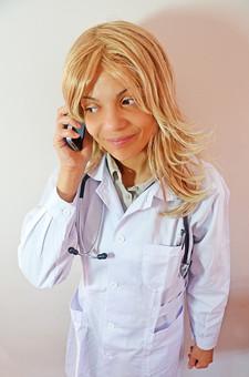 人物 女性 外国人 外国人女性 スペイン人 スペイン人女性 金髪 金髪女性 白人 白人女性 欧米人 病院 医療 若い ポートレート 仕事 働く 病院 白衣 診察室 医院 医療事務 福祉 白バック 白背景 施術 看護 聴診器 医者 携帯電話 PHS mdff022