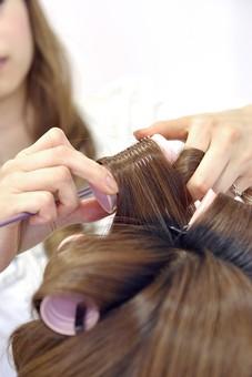 人物 女性 日本人 若い 若者  20代 お客 モデル カットモデル 美容室  美容院 ヘアーサロン 仕事 職業 美容師  屋内 白バック 白背景 ヘアカット ヘアセット セミロング  美容 ビューティー おしゃれ オシャレ スタイリング  髪の毛 巻く カーラー 手元 アップ
