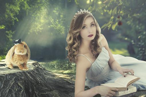 ドレスの女性とウサギの写真