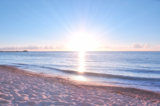 青空 雲 水平線 太陽 ビーチ 沖縄 砂浜 海 東シナ海 光芒 南国 波 背景 テクスチャー