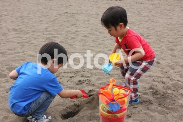仲良し兄弟 11 砂遊びの写真