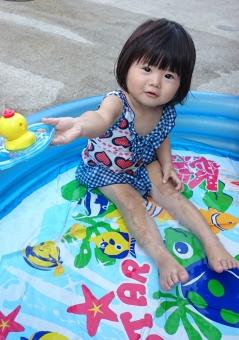 女児 子ども 子供 水遊び 水着 日本人 girl child kids japanese play 少女 プール 女の子