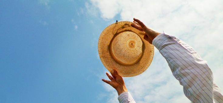 麦わら帽子 帽子 ハット 青空 気持ち良い 爽快 楽しい 飛び跳ねる 希望 女性 手