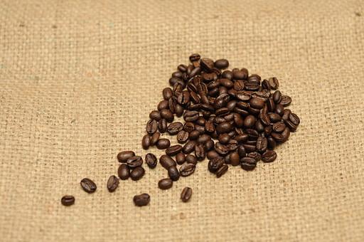 珈琲 コーヒー コーヒー豆 珈琲豆 食べ物 食材 材料 飲み物 飲料 たくさん 豆 粒 嗜好品 焙煎豆 カフェイン 休憩 豆類 木の実 実 茶色 ロースト 香り 香ばしい 麻袋 アップ 接写 クローズアップ