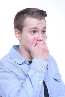 人 外人 シャツ 外国人 ポーズ 白人 男 男の人 男性 外国人男性 外人男性 男前 襟 若者 白人男性 青 黒 サイン ポケット 驚く 困る 手 ふさぐ 上半身 モデル 白背景 mdfm015