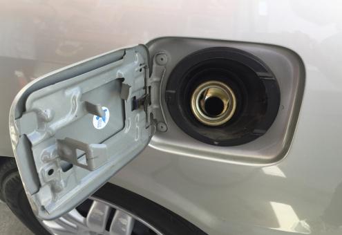 車 給油 給油タンク ガソリン ガソリンタンク ふた フタ 蓋 開ける 口 給油口 セルフ