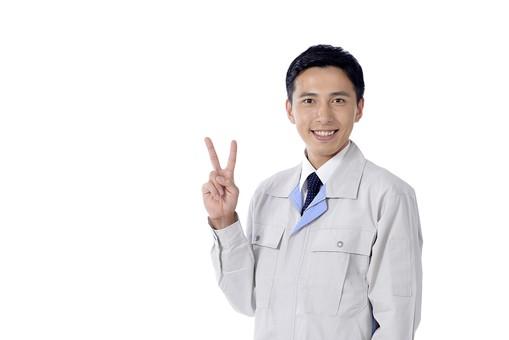 日本人 男性 おとこ 青年 社員 職員 ビジネスマン 仕事 労働 業務 ビジネス ワーク 会社 職場 工場 オフィス 事業 営業 事務 作業 制服 笑顔 ピース チョキ ふたつ 成功 成立 採用 平和 調和 白バック 白背景 mdjm001