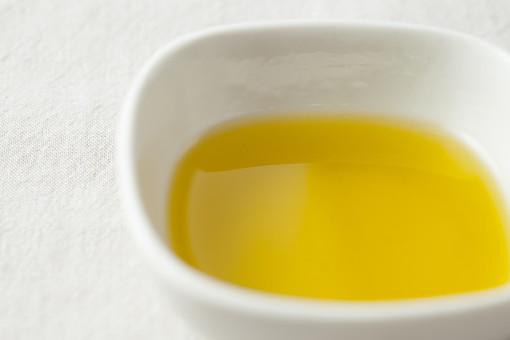 食べ物 フレッシュ 新鮮 自然 ナチュラル ネイチャーメイド 静物 スケッチ 資料 おいしい 健康 体にいい 栄養 成長 テーブル 調味油 皿 小鉢 盛る 白い皿 油 オイル オリーブ オリーブオイル 黄色 イタリアン 洋風 料理