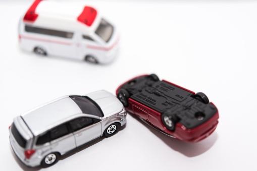 交通事故 自動車 救急車 車 横転 救命 セダン 衝突 クラッシュ SUV けが 修理 白バック コピースペース