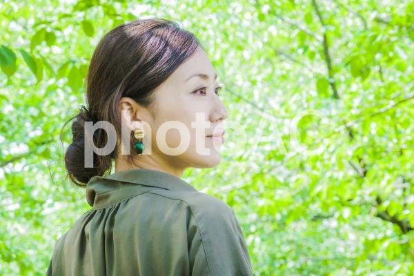 新緑・さわやか女性の写真