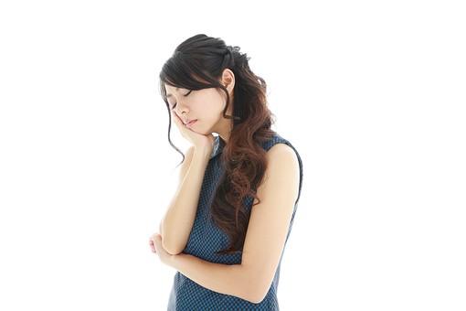 モデル 人物 日本人 日本 女性 女 女子 大人 20代 30代 ロングヘア   頬杖 ほおづえ 落ち込む へこむ 凹む 残念 悲しい 悩み事 悩みごと 思考 悩む 考える 思い出す 思い返す 考え事 考えごと 頭痛 ずつう 熱 発熱  偏頭痛 片頭痛 病気 歯痛 虫歯 白バック 白背景 mdjf019