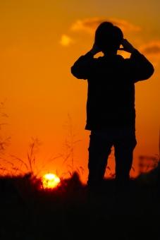 夕暮れ 調布 調布飛行場 夕方 シルエット silhouette 優しい かわいい 夕焼け 影 夕日 明るい グラデーション オレンジ テクスチャ オレンジ色 調布飛行機 武蔵野の森公園 autumn 秋 丘 綺麗 背景 男性 太陽 sun スマホ 写真 写真を撮る 望遠鏡 双眼鏡 すすき 雲 黄昏