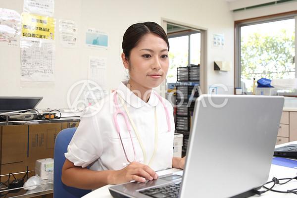 パソコンをする看護師2の写真
