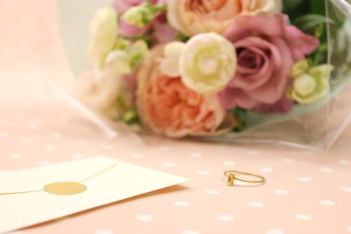 花 植物 薔薇 ばら バラ 綺麗 美しい 切花 切り花 花びら 花束 フラワーアレンジメント プレゼント ギフト 指輪 手紙 封筒 サプライズ プロポーズ 告白 愛 ホワイトデー クリスマス 誕生日 記念日 恋人