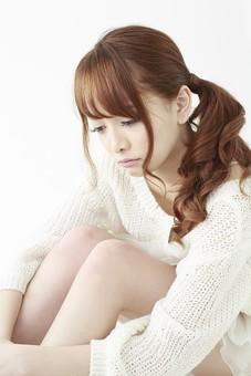 人物 女性 日本人 若い 20代   セーター ニット カジュアル モデル かわいい   キュート ポーズ おすすめ 屋内 白バック   白背景 座る しゃがみ込む しゃがむ 考える ぼんやり 悩み 憂鬱 落ち込む 表情 俯く 体育座り mdjf005