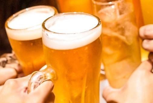 ビール 乾杯 アップの写真