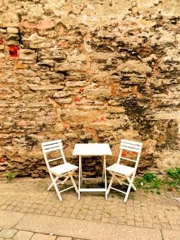 石垣 石造り 石 岩 テラス ガーデンテーブル 椅子 いす イス 折り畳み 休憩 休息 リラックス 緑 雑草